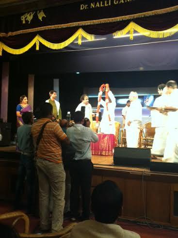 இளையராஜா சுப்பிரமணியத்திற்கு மாலை அணிவிக்கிறார்